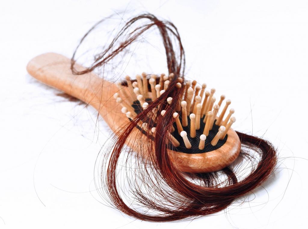 Волосы остаются на расческе: что делать?